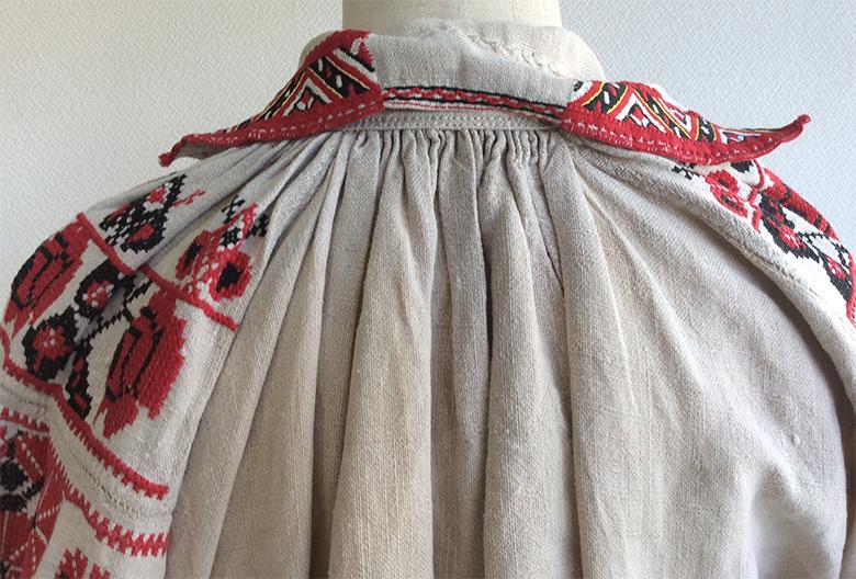 1900年代初頭ウクライナのリネン刺繍ドレス